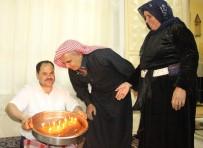 DOĞUM GÜNÜ - Yaş Pasta Yerine Çiğköftenin Üzerindeki Mumları Üfleyip Doğum Gününü Kutladı
