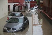 İSTİNAT DUVARI - Apartman Duvarı Yıkıldı, Araçlar Sel Sularına Gömüldü