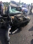 DİREKSİYON - Direksiyon Hakimiyetini Kaybeden Şoför Tıra Çarptı Açıklaması 1'İ Ağır 2 Yaralı