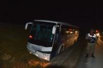 DİREKSİYON - Farları Bozulan Yolcu Otobüsü Su Kanalına Düştü