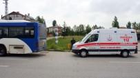 AHMET ÖZDEMIR - Otobüs ile kamyon çarpıştı: 10 yaralı