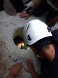 ELEKTRİK DİREĞİ - Suriyeli Kız Elektrik Direği İçin Açılan Deliğe Sıkıştı