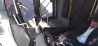 PLEVNE MAHALLESI - Belediye Otobüsü İle Kamyonet Böyle Çarpıştı