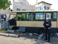 MİNİBÜS ŞOFÖRÜ - Sefaköy'de Minibüs Kazası Açıklaması 6 Yaralı