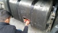 POLİS KAMERASI - Tırın Yakıt Deposundan 3 Bin Paket Kaçak Sigara Çıktı