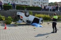 MİNİBÜS ŞOFÖRÜ - Tur Minibüsüyle Otomobil Çarpıştı Açıklaması 1 Ölü, 4 Yaralı