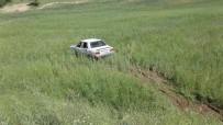 MEHMET DEMIR - Otomobil Tarlaya Uçtu Açıklaması 4 Yaralı
