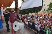 SADAKA - Öğrenciler Davul Ve Manilerle Karşılandı