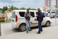 RECEP ŞAHIN - Taksisine Binen Dolandırıcıyı Karakola Götürüp Teslim Etti