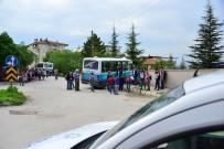 AHMET ÇAKıR - Freni Patlayan Minibüs Okulun Bahçe Duvarına Çarptı Açıklaması 5 Yaralı