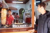 GÜMRÜK VERGİSİ - Lokantada Yemek Yiyenlere Hasretle Bakıyor