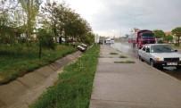 Su Birikintisine Kapılan Otomobil Yayaya Çarptı