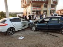 TURGUTALP - Soma'da İki Araç Çarpıştı Açıklaması 3 Yaralı