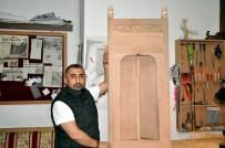 FAZLA MESAİ - Divriği Ulu Cami'nin Minberinin Kapısını Ahşaba İşledi