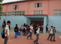 FUTBOL MAÇI - Spor Salonunun Demir Korkuluğu Kırıldı Açıklaması 5 Öğrenci Yaralı