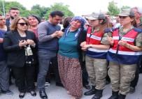 ASKERİ HELİKOPTER - Şehit Yarbay Songül Yakut'un cenazesi evine getirildi