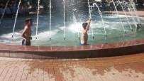 DEMOKRASİ PARKI - Çocuklar Tehlikeye Aldırış Etmeden Süs Havuzunda Serinliyor