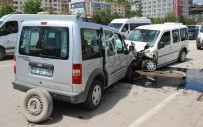 ELEKTRİK DİREĞİ - Karabük'te Trafik Kazası Açıklaması 4 Yaralı