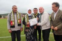 AMATÖR LİG - 70 Yaşında Fanatik Beşiktaşlı Teyzeye Teşekkür Belgesi Ve Madalya Verildi