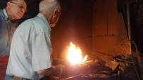 DEMIRCILIK - 72 Yaşında Oruç Tutup Yüzlerce Derece Ateşin Başında Çekiç Sallıyor