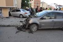 GÖRGÜ TANIĞI - Kaza Yapan Araçlardan Biri Eve Çarparak Durabildi Açıklaması 4 Yaralı