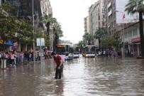 Denizli'de Sağanak Yağış Yolları Göle Çevirdi