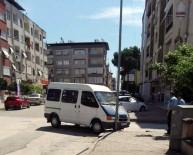 YıLDıZTEPE - Freni Çekilmeyen Minibüsü Direk Durdurdu