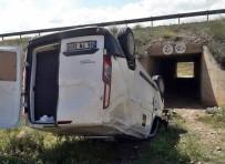 HITIT ÜNIVERSITESI - Para Nakil Aracı Şarampole Uçtu Açıklaması 3 Yaralı