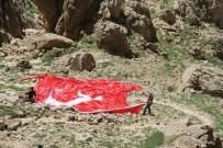 MASA SANDALYE - Trabzonlu Vatandaş Mehmetçiğe Moral İçin Kato Dağı'na Türk Bayrakları Çekti