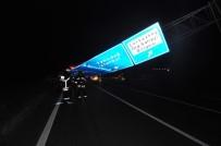 ZILAN - Lüks Otomobil Yön Tabelasına Çarptı Açıklaması 7 Yaralı