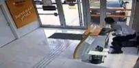 ÖZEL GÜVENLİK GÖREVLİSİ - Otomobilin Bankaya Girme Anı Kameraya Yansıdı