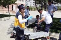 BEDENSEL ENGELLİ - Otomobilin Çarptığı Engelli Genç, Akülü Sandalyesinden Düşerek Yaralandı
