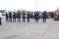 Suriyeliler Sınır Kapısında İzdiham Oluşturdu