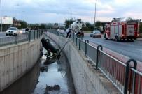 BENZIN - Yoldan Çıkan Otomobil Kanala Düştü