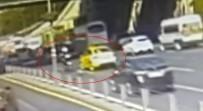 TAKSİ ŞOFÖRÜ - Aynasını Kıran Motosikletliyi Bariyerlere Sıkıştırdı