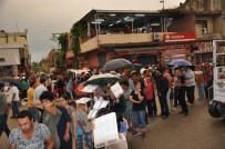 İFTAR MENÜSÜ - 10 Bin Kişilik Sokak İftarı Yağmur Altında Yapıldı