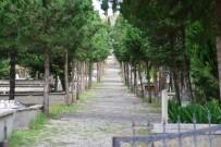 ÇEVRE TEMİZLİĞİ - Erbaa'da Mezarlıklarda Bayram Temizliği
