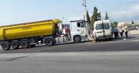 TEKSTİL İŞÇİSİ - Hafriyat Kamyonu İle İşçi Servisi Çarpıştı Açıklaması 15 Yaralı
