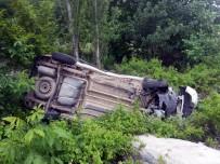 CUMHURIYET ÜNIVERSITESI - Otomobil Ağaçlık Alana Devrildi Açıklaması 1 Yaralı