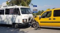 SARıLAR - Yolcu Minibüsü İle Ticari Taksi Çarpıştı Açıklaması 6 Yaralı