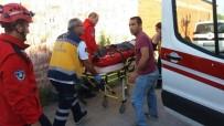 HÜRRİYET MAHALLESİ - Duran Araca Çarptı Açıklaması 1 Yaralı