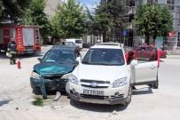 PEYAMİ SAFA - Kadın Sürücülerin Kazasında 6 Kişi Yaralandı