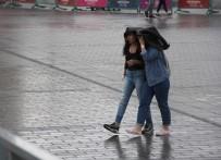 TAKSIM - Taksim'de Vatandaşlar Yağmura Hazırlıksız Yakalandı