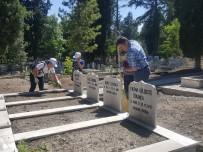 Belediye Başkanı Mezarlıkta Temizlik Yaptı