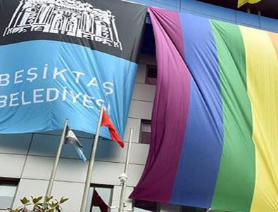 CHP'li  belediye binasına LGBTİ bayrağı astı