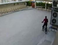 YENI CAMI - (ÖZEL HABER) - Camide Bisiklet Hırsızlığı Güvenlik Kamerasına Yansıdı