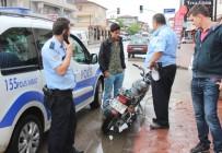 EHLİYETSİZ SÜRÜCÜ - Ehliyetsiz Kaza Yapıp Kaçan Suriyeli Polisi Peşine Taktı