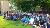 SECCADE - Ramazan'ın İlk Cuma Namazında Camide Yer Bulamayan Cemaat Parklarda Namaz Kıldı