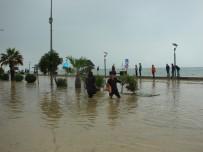 SAĞANAK YAĞIŞ - Sağanak Yağış Sele Neden Oldu