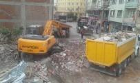 Bağlar Sokağında İki Metruk Bina Yıkıldı